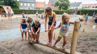 Tientallen kinderen spelen Stoerwoud in