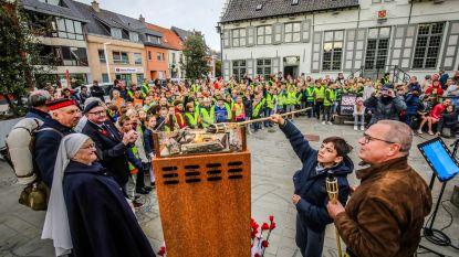 Leerlingen steken het vredesvuur aan