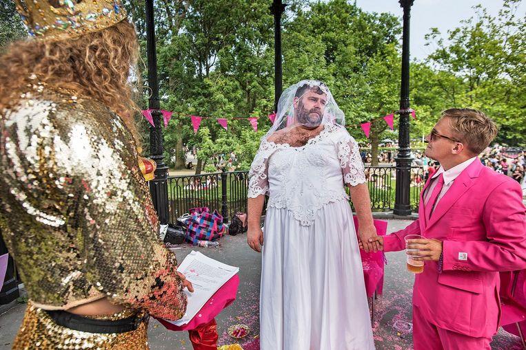 Twee geliefden kijken elkaar nog eens goed aan voordat zij in het huwelijk treden, voor een dag. Beeld Guus Dubbelman / de Volkskrant