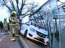 Automobilist rijdt tegen kas in Pijnacker