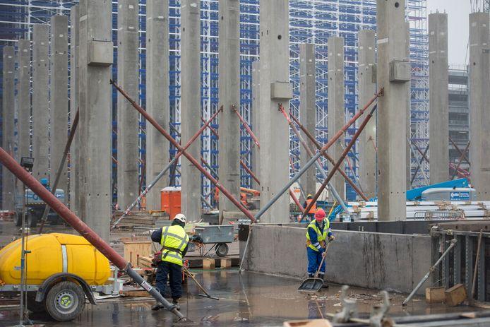 Er wordt hard gewerkt aan de logistieke gebouwen van ASML langs de A67 in Veldhoven.