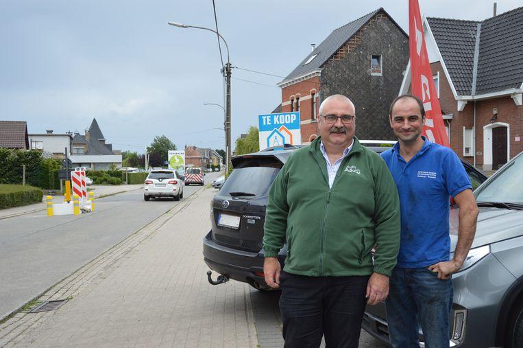 Garagist Gunther Eeman (rechts) en buurtbewoner Patrick Van Weyenberg.