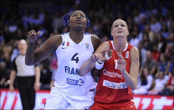 Isabelle Yacoubou (links) in actie tijdens een wedstrijd met de Franse nationale ploeg.
