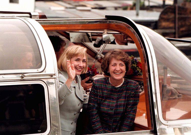 Misschien komt Hillary, als ze president wordt, wel weer naar Amsterdam, zoals hier in 1997, met prinses Margriet. Beeld anp