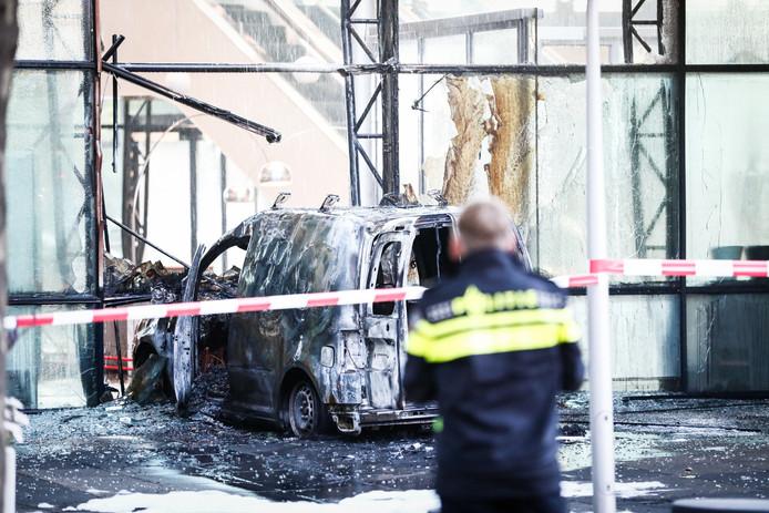 Een auto is de voorgevel van dagblad De Telegraaf binnengereden.