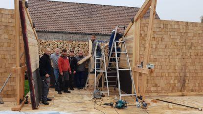 Inwoners Zonderschot bouwen zelf winterbar 'De Schapenstal'