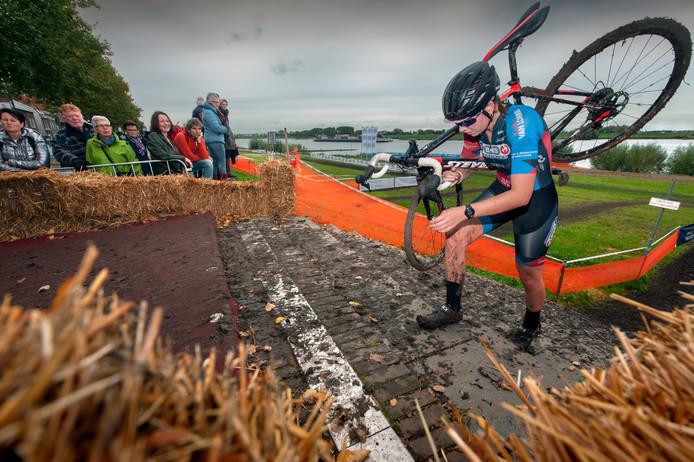 Zaltbommel. Ook de dames hadden het zwaar tijdens de Uiterwaardencross van Zaltbommel.