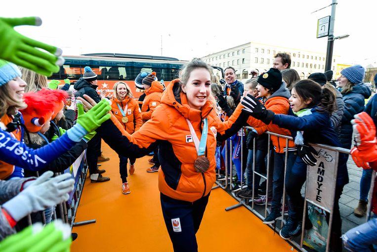 Lara van Ruijven (voor) en Carlijn Achtereekte (achter) komen aan bij de huldiging van de olympische sporters na de Winterspelen van Pyeongchang, 2018. Beeld ANP