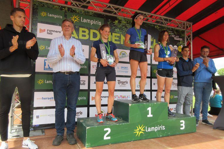 Bij de dames was Karen Geysen uit Mol de winnaar. Applaus van de broers Borlée, burgemeester Claes en schepen van Sport Peetermans.