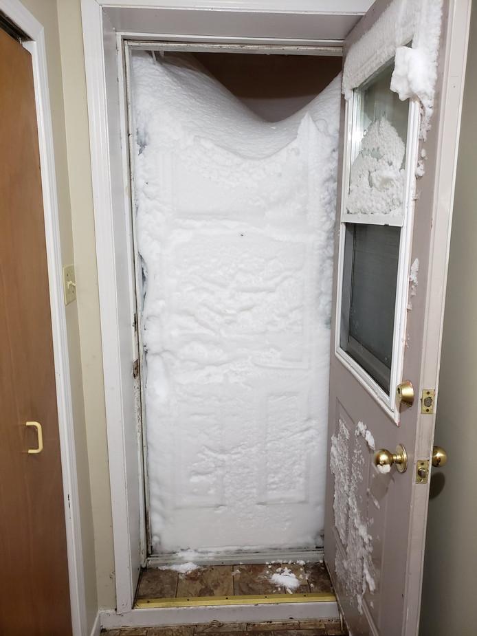 De ondergesneeuwde toegang van een appartement in St. John's.