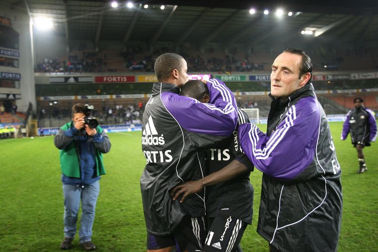 De betreurde Cheick Tioté wordt na z'n gemiste penalty getroost door Vincent Kompany en Yves Vanderhaeghe.