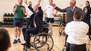 Charles helpt William bij rolstoelbasket