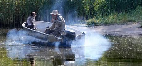 Alleen elektrische boot in kreken van Biesbosch