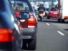 Automobilisten rijden over rijstrook met  rood kruis in Tilburg, politie schrijft boetes uit