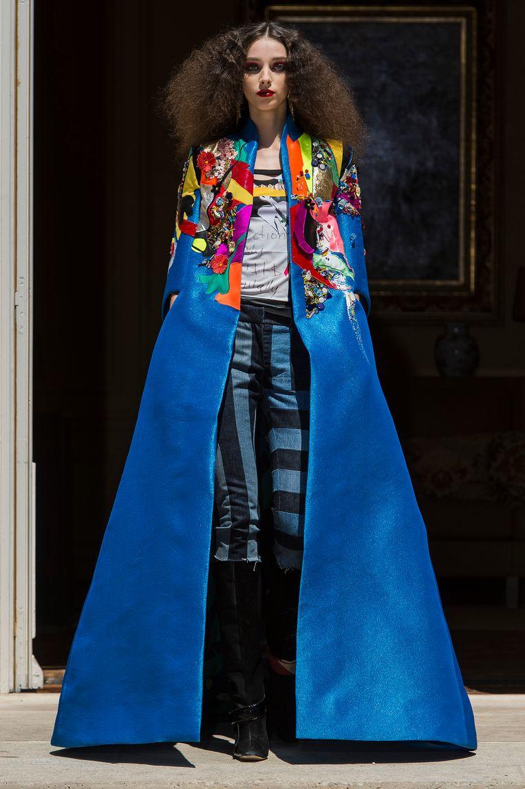 De korenbloemblauwe operacape. Beeld Imaxtree