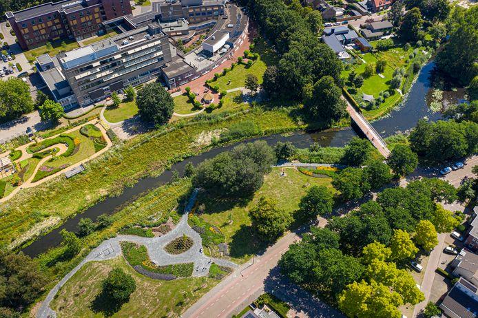 Gezien vanuit de lucht: de Dommel en het parkje aan de Molenweg. Met boven verzorgingstehuis Liduina.