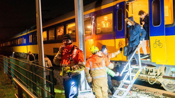 Prorail bevrijdde tientallen mensen uit de gestrande trein bij Wijhe.