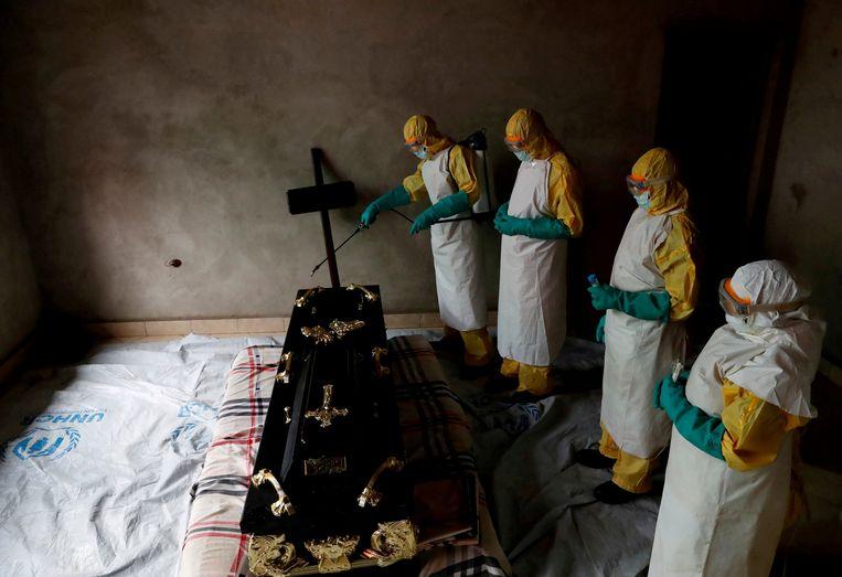 Tijdens de begrafenis van ebolaslachtoffers wordt alles gereinigd opdat familieleden die afscheid nemen niet besmet worden.