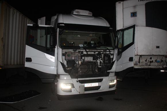 De trucker raakte geplet tussen de cabine en oplegger.