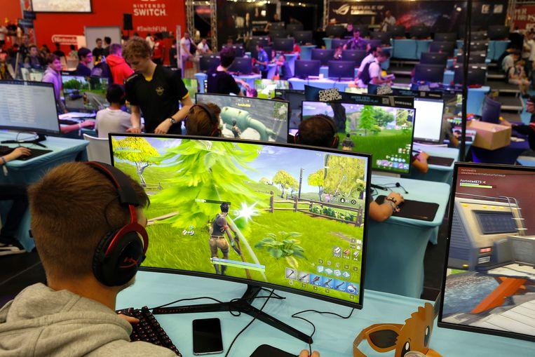Bezoekers spelen Fortnite op de gamebeurs Gameforce, afgelopen weekend in de Nekkerhal (Mechelen).