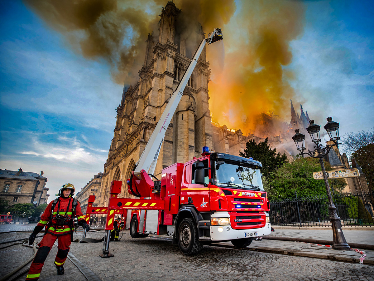 Zo'n vierhonderd brandweermensen hebben voorkomen dat de twee torens van de Notre-Dame vlam vatten.