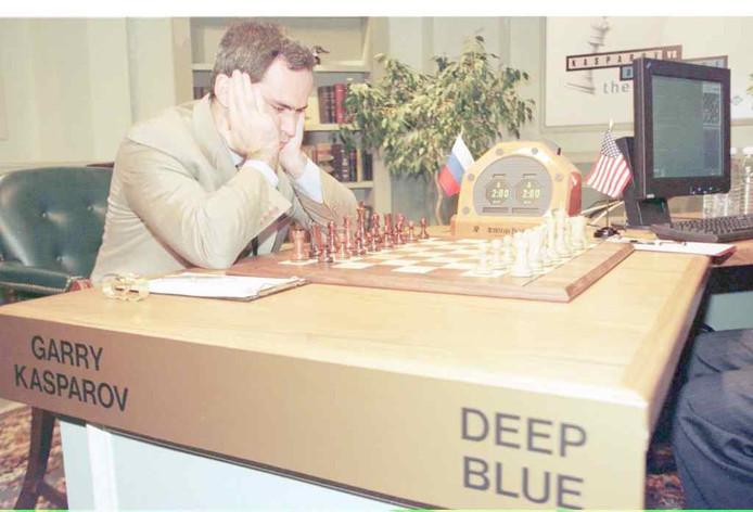 Watson is een sterk doorontwikkelde versie van schaakcomputer Deep Blue die in 1997 wereldkampioen schaken Gary Kasparov versloeg.