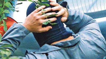 Zelfs 4 meter hoge muur kon bodybuilder niet stoppen: slachtoffer werd naakt vastgebonden aan boom