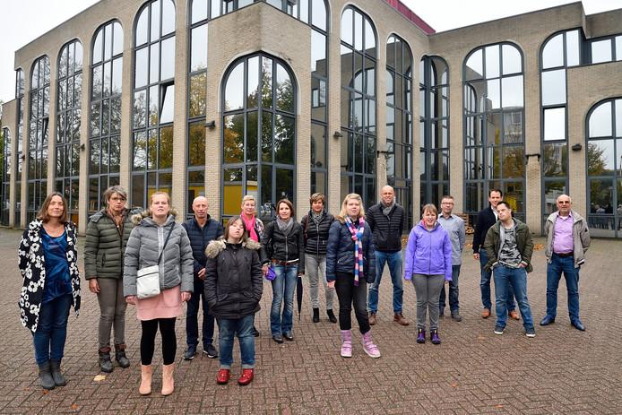 Vijf van de toekomstige bewoners en hun ouders zijn blij met het 'Spiegelpaleis'. Geheel rechts René den Hartog naast zijn zoon Brent, achter hen pandeigenaar Wouter Timmers, zesde van rechts Dirk Kop met zijn dochter Joyce (paarse jas).