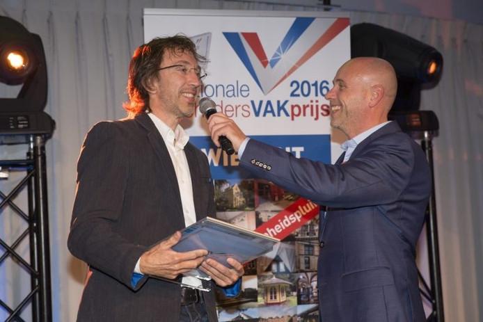 Mark van Boxtel neemt de prijs in ontvangst.
