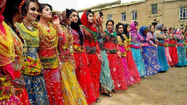 Dansende Koerdische vrouwen in het westen van Iran. Besnijdenis komt in dat land op grotere schaal voor dan gedacht. Beeld null