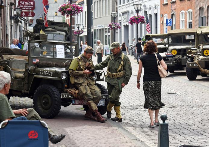 Legervoertuigen in de Steenstraat in Hulst vanwege de opening van de expositie 75 jaar Slag om de Schelde, afgelopen zomer.