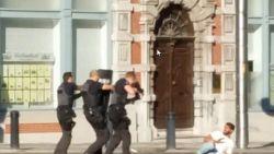 Man die wapen op toeristen richtte en neergeschoten werd door politie, eindelijk voor de rechtbank