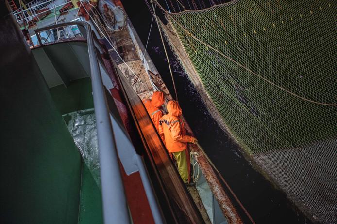 Binnenhalen van de netten, gezien vanaf de scheepsbrug.
