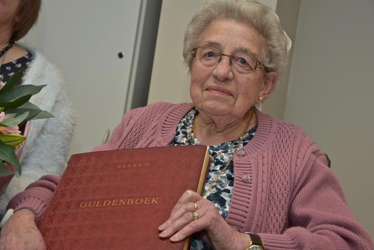Jenny Declercq met haar Gulden Boek.