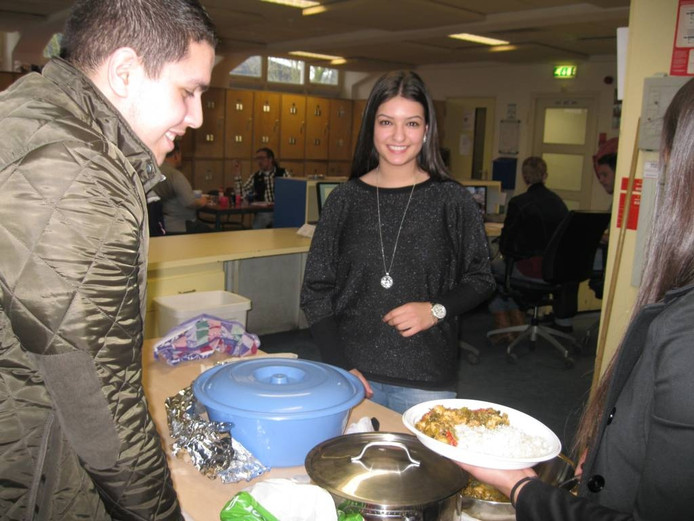 Nabila Boutaibi kookte vrijdag in het kader van een onderwijsproject voor daklozen.