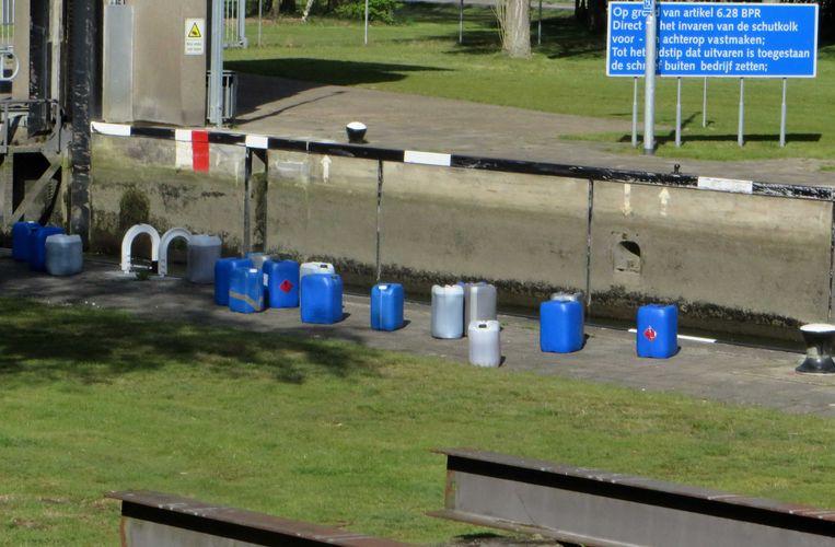 Eerder dit jaar hebben onbekenden in de Zuid-Willemsvaart bij Weert vaten met mogelijk xtc-afval gedumpt.