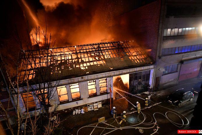Het vuur woedde hevig in de opslagplaats in Anderlecht.