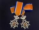 Onderscheiding Lid in de Orde van Oranje-Nassau; voor heren (links) en dames (rechts).