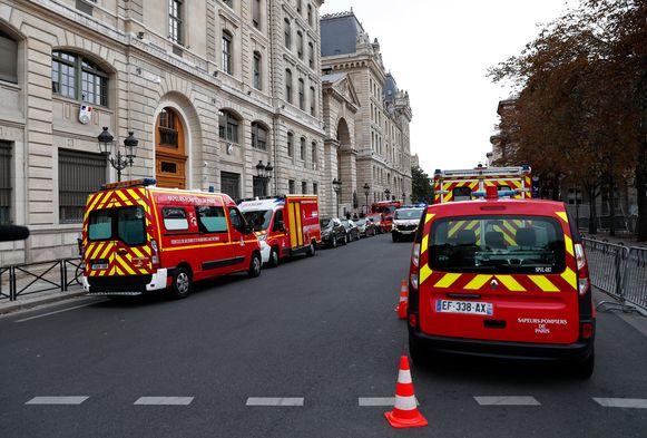 Een medewerker van de Parijse politie stak vier agenten neer.
