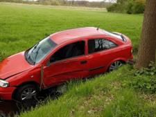 Jongen belandt met auto in sloot na uitwijken in Esch
