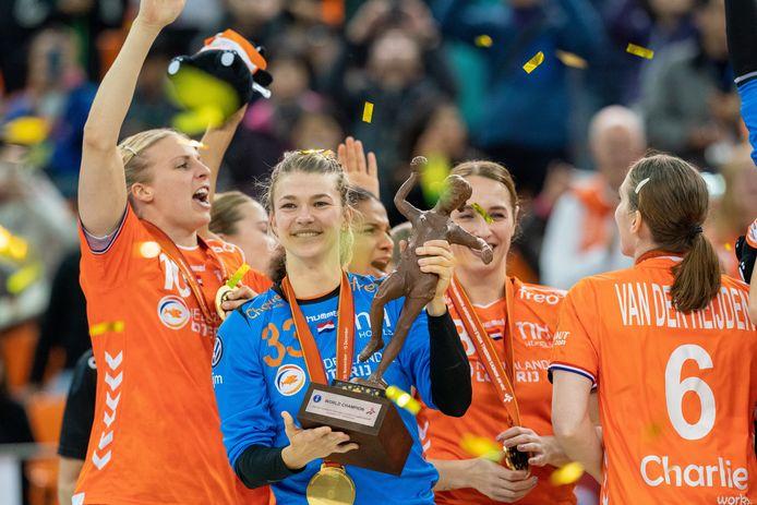 Tess Wester straalt na het winnen van de wereldtitel in Japan na de zenuwslopende WK-finale tegen Spanje op 15 december 2019.