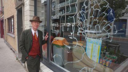 Herr Seele tekent wenende Cowboy Henk op etalage om overleden friturist te eren