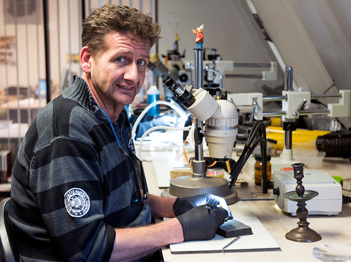 Johan Langelaar restaureerde de ring die archeologen hebben gevonden in Wijk bij Duurstede