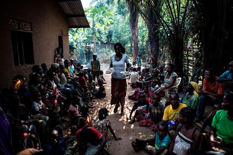 Een vrijwilliger in Kikwit, in het zuidwesten van Congo, deelt voedsel uit aan Congolezen die het geweld in de Kasai-regio zijn ontvlucht. Beeld AFP