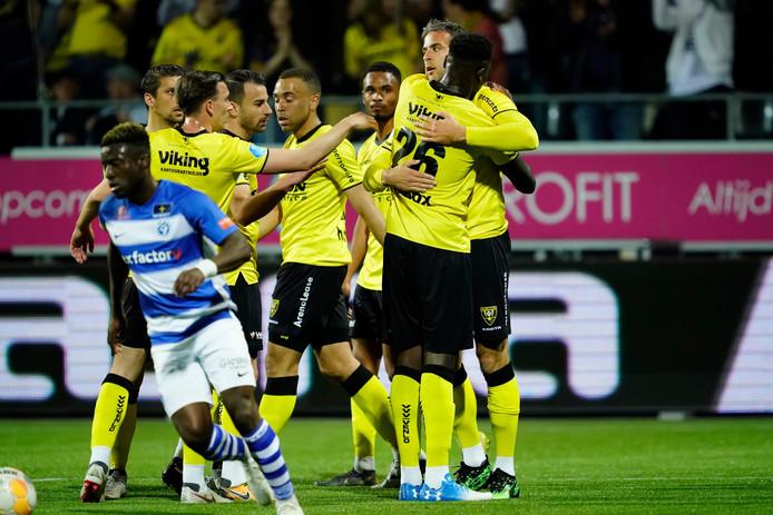 Ralf Seuntjens wordt geknuffeld na zijn doelpunt namens VVV-Venlo tegen De Graafschap.