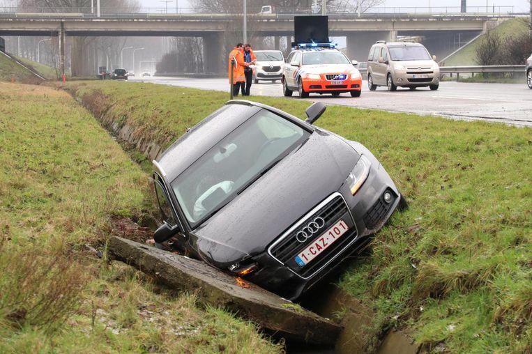 Een Audi belandde in de gracht naast de E34.