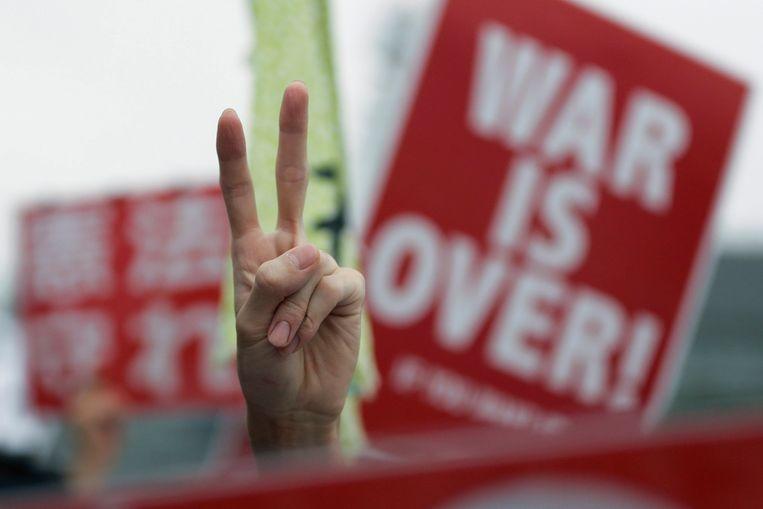 """Spreuken als """"War is Over"""" duiken op in de menigte."""