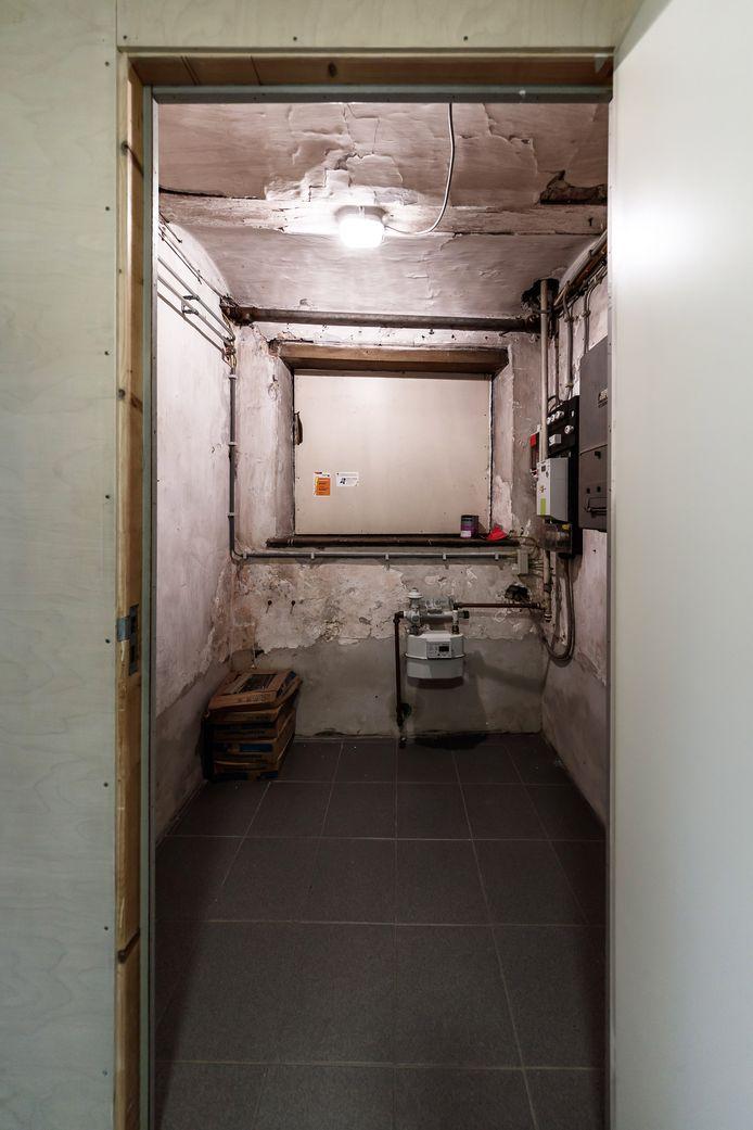 Onder het Zouavenmuseum aan de Markt is nog een oude veldwachterswoning te vinden. Ernaast was het cachot, nu met slimme meter.