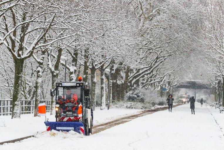 Sneeuw ruimen in Frankfurt.