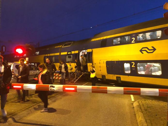 Passagiers verlaten de trein